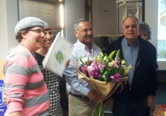 ראש מועצת נחל שורק אלי אסקוזידו בהענקת תו תקן ירוק לגנים