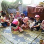אלי אסקוזידו מארגן סיור לילדי הגנים במדרשת הארץ
