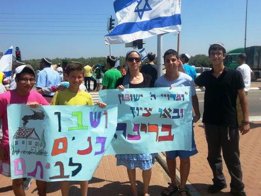 אלי אסקוזידו וישיבת צביה קטיף עם משפחות החטופים