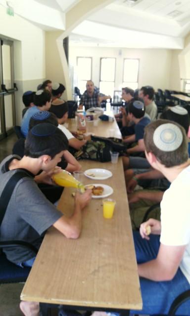 אלי אסקוזידו קורא לתלמידי הישיבה לבוא לשיעור של הרב אריאל בן דוד
