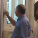 """אלי אסקוזידו בקביעת מזוזה במעון בני רא""""ם"""