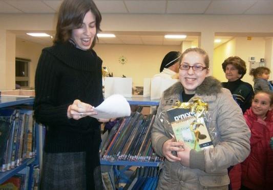 אלי אסקוזידו בסיום תחרות כתיבת סיפורים בספריה