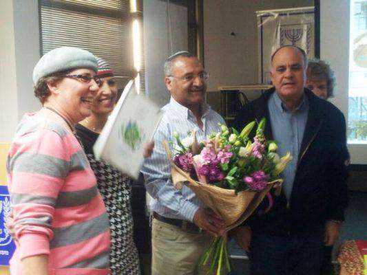 ראש מועצת נחל שורק בהענקת תו תקן ירוק לגנים