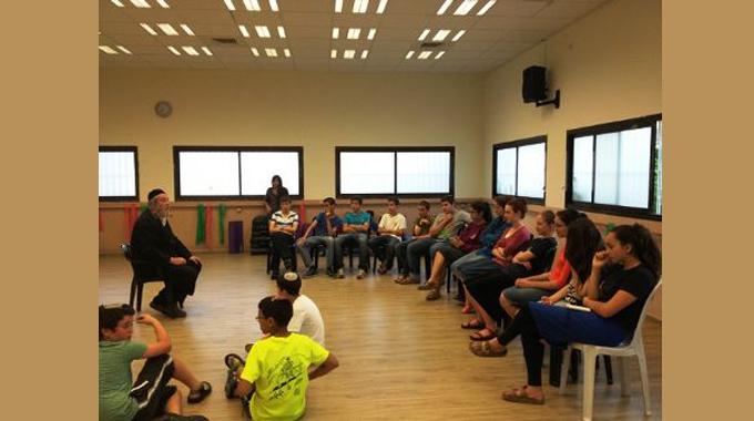 """אלי אסקוזידו יוזם הרצאה חווייתית לבני נוער במושב בני רא""""ם"""
