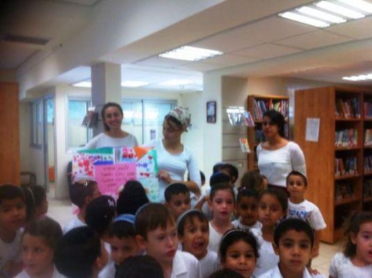 אלי אסקוזידו מקבל ברכות מילדי המועצה